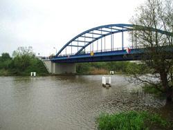 Demmin, Meyenkrebsbrücke mit Dalben für die Installation der Durchflussmessanlage
